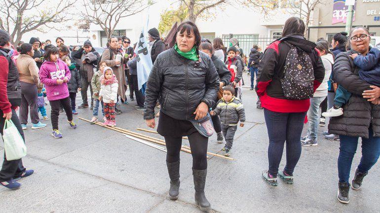 Vecinos de diferentes asentamientos irregulares de la ciudad se movilizaron ayer hasta el Municipio para rechazar el tarifazo que los golpea a diario.