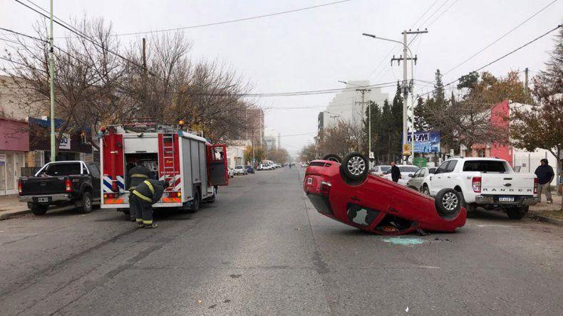Una mujer perdió el control del auto, volcó sobre calle Mengelle y quedó atrapada