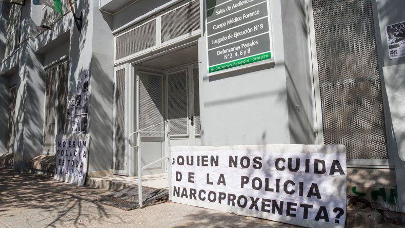 El incidente tuvo lugar en las puertas de los tribunales cipoleños.