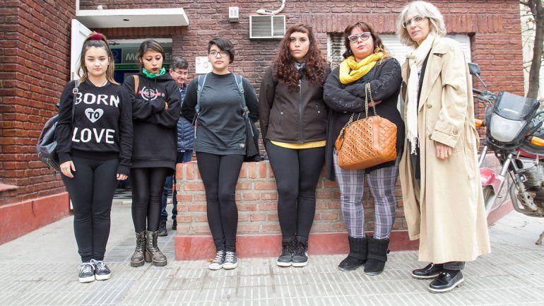 Estudiantes y autoridades de la UNCo acompañaron ayer a una de las víctimas mientras realizaba la denuncia en la Fiscalía.
