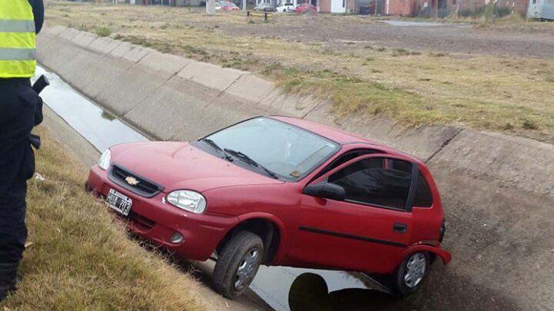 Un joven perdió el control del auto y terminó en el canal