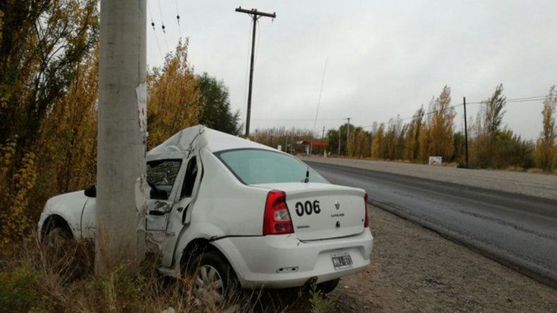El taxi impactó contra un poste ubicado a la vera de la Ruta 22.