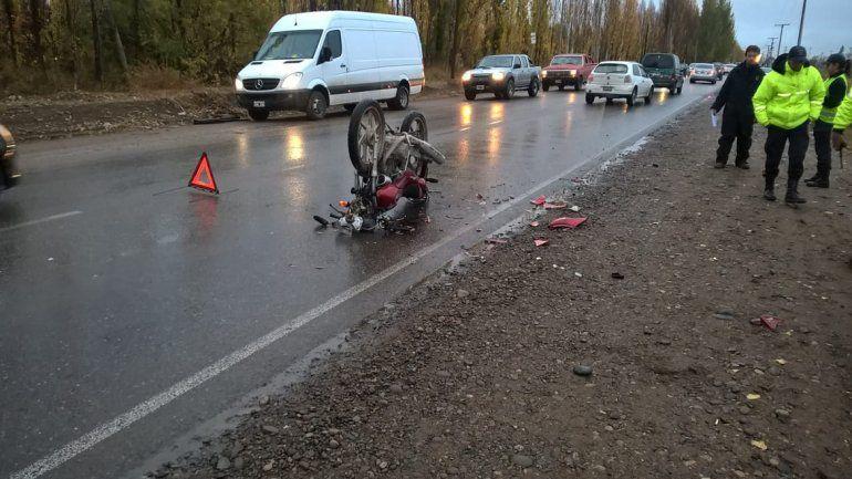 Un auto y una moto chocaron sobre la Ruta 65: hay un hombre herido