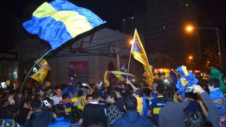 Los hinchas de Boca coparon la calle a puro festejo