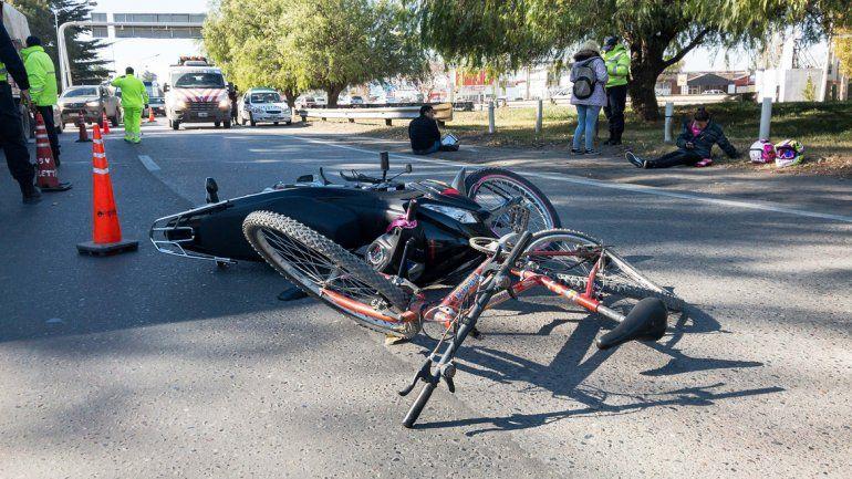 Un choque entre una moto y una bici en Ruta 22 dejó dos personas heridas
