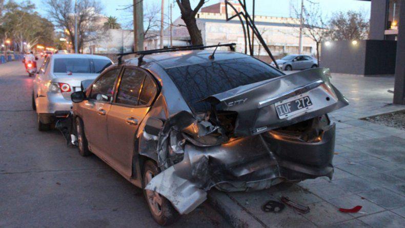 Chano roquense: perdió el control y chocó contra 4 autos estacionados