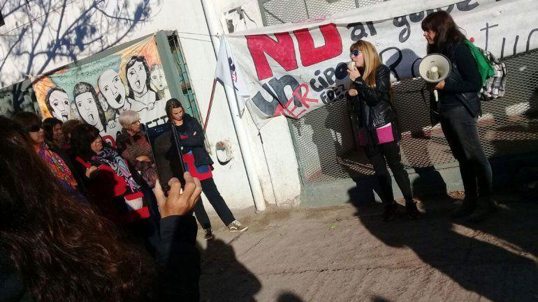 Los docentes ayer protestaron frente al Consejo Escolar local.