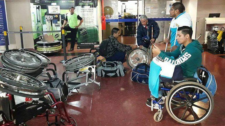 Denuncian que no dejaron subir al colectivo a un equipo de básquet por llevar sillas de ruedas