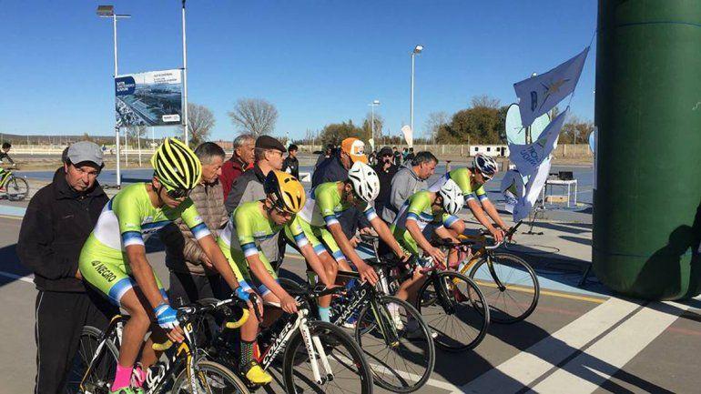El ciclismo arrancó con un gran triunfo. Mon posa con la bandera provincial