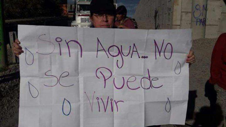Los vecinos protestaron por la falta de suministro de agua.