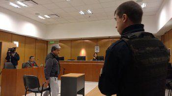 Policía acusado de apretar un testigo quedó en libertad