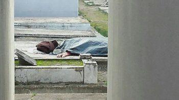 Macabro: profanó el cuerpo de una anciana y lo dejó tirado en el suelo
