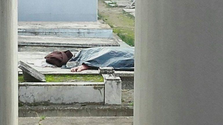 Macabro: profanaron el cuerpo de una anciana y lo dejaron tirado en otra tumba