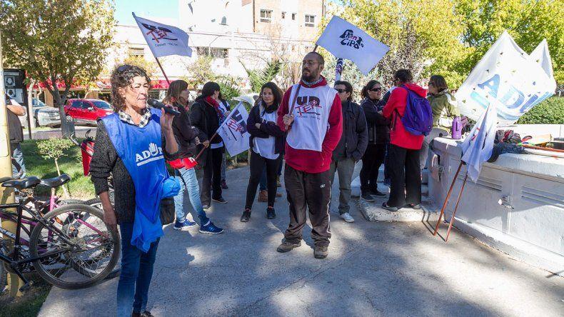 Los docentes amenazan con volver a las calles por la situación salarial.