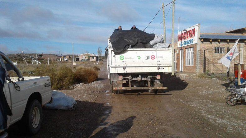 El Municipio repartió la leña del Plan Calor en Balsa Las Perlas.
