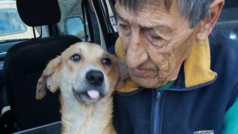 Miguel Ángel Parada trabajó como cuidador de la perrera municipal y vive allí hace diez años. Se jubiló, pero no se quiere ir y abandonar a sus perros.
