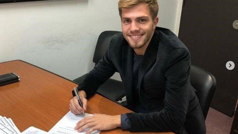 Ezequiel Centurión estampando la firma en su primer contrato profesional.