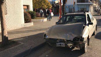 Un auto giró en U y chocó contra un taxi: hay un herido