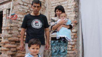 La familia vive en una casa prestada ubicada en una chacra de El 30.