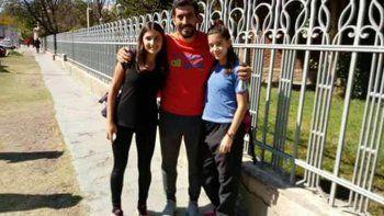 Marina y Mon junto al entrenador de la escuela local, Diego Pichipil.