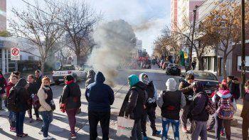 Referentes sociales y familias con niños marcharon ayer por el centro y se concentraron durante varias horas frente al Municipio.