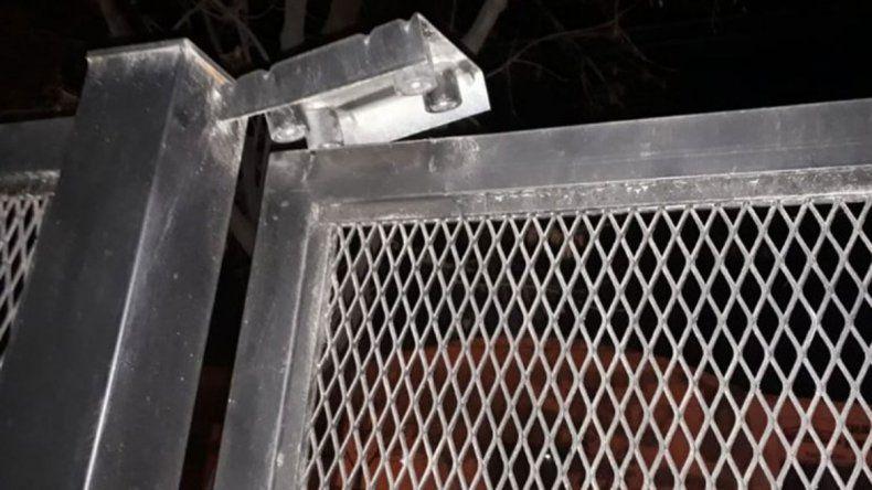 Los delincuentes habían forzado el portón de ingreso a la iglesia.