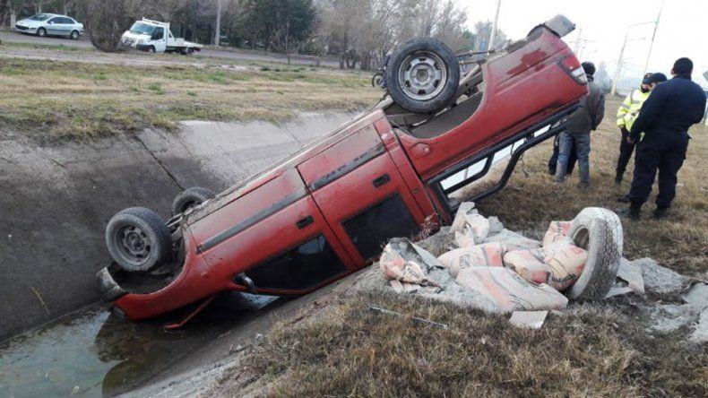 Le falló la camioneta y terminó adentro de un desagüe