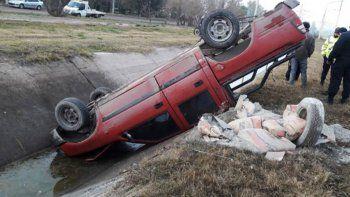 La camioneta volcó y perdió una carga de bolsas de cemento.