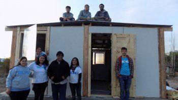Voluntarios de Techo y vecinos de El Espejo construyeron 4 viviendas.
