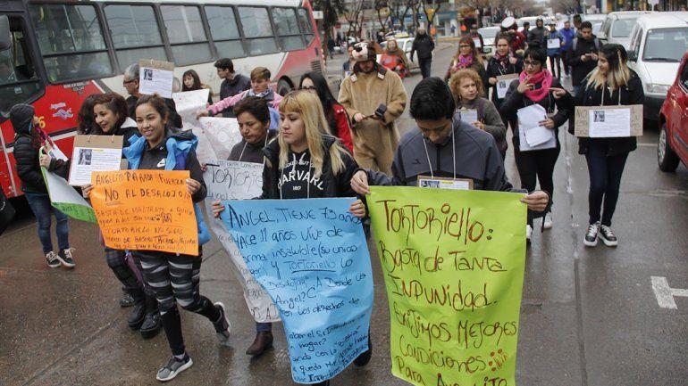 Vecinos marcharon al Municipio para que no echen al cuidador del refugio