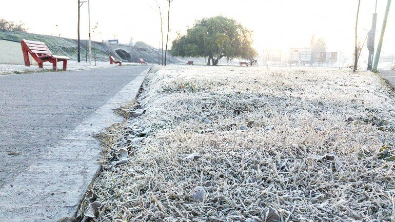 La ciudad amaneció blanca por una intensa helada otoñal