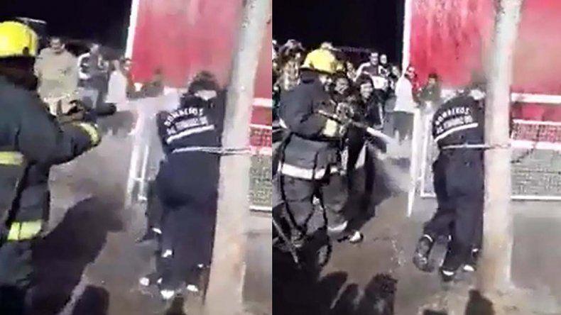 Polemico bautismo de dos bomberas: las ataron y las bañaron en la calle