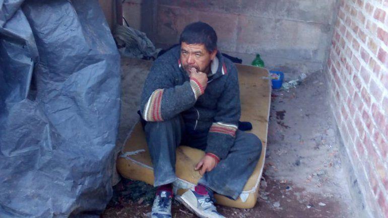 Fabián vive en una chocita hecha con algunas maderas y nylon.