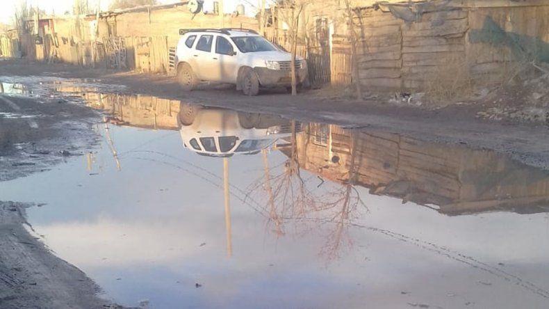 Las lluvias dejaron calles anegadas y reventaron los pozos ciegos.
