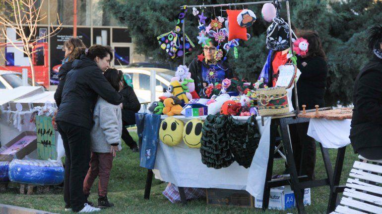 Los feriantes ofrecen al público una variada muestra de productos.