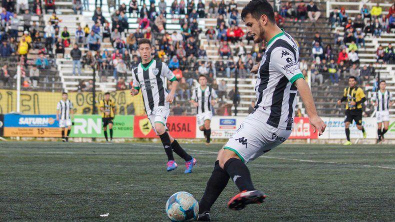 Morales durante la primera final de la Liga ante Catriel. El marcador lateral izquierdo también estuvo ante Unión.