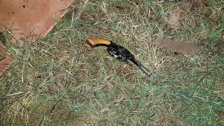 Los atraparon con un revólver merodeando las casas del barrio Brown
