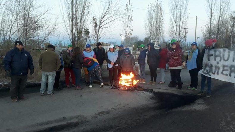 Ex trabajadores de la empresa Fruti Oro cortaron el tránsito ayer en la Ruta Chica.