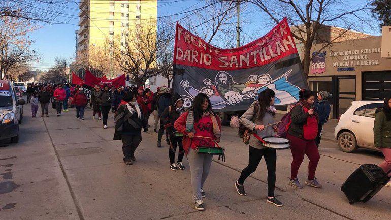 Organizaciones sociales marcharon al municipio para pedir comida y leña para comedores
