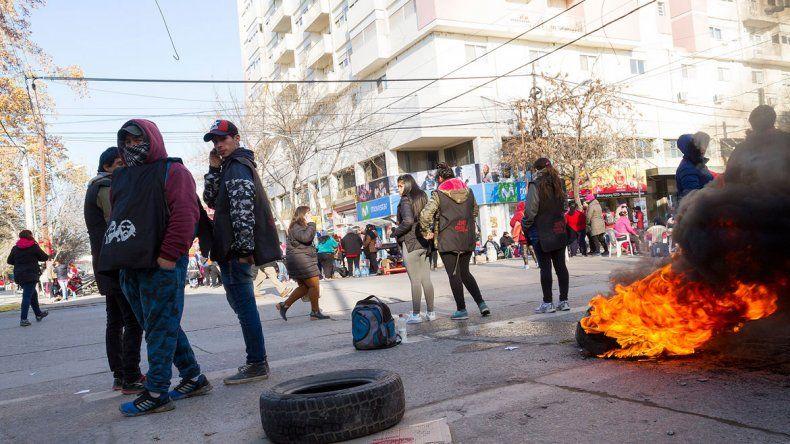 La protesta se extendió por más de cinco horas en el centro cipoleño. Los manifestantes fueron atendidos por la funcionaria Sandra Contreras.