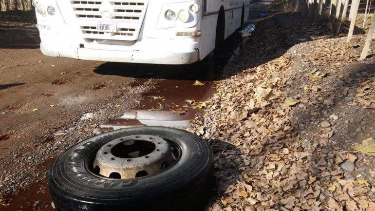 Un colectivo se quedó sin una rueda en la mitad del camino