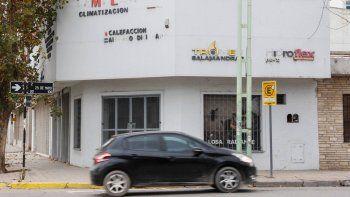Por orden de la Justicia cipoleña, ayer se realizó un allanamiento en el local comercial ubicado en la esquina de Fernández Oro y 25 de Mayo.