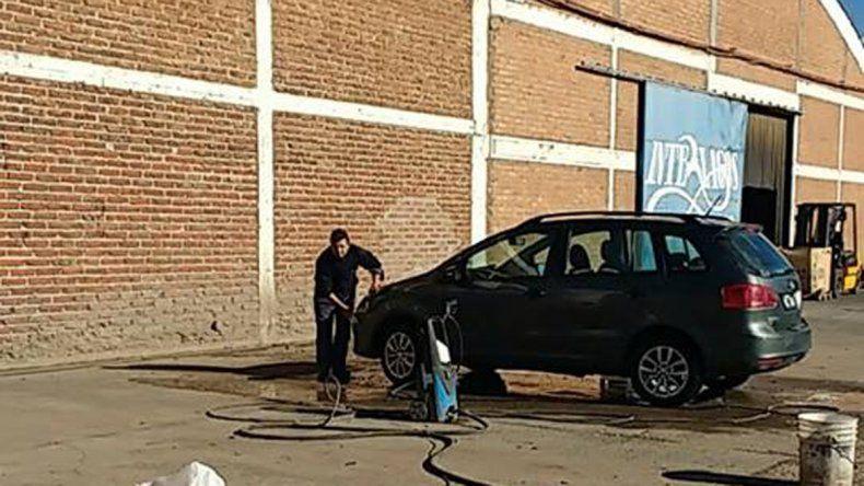 Trabajadores de Interlagos lavan autos para resistir la crisis