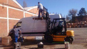 Los trabajadores de Interlagos se las rebuscan lavando vehículos.