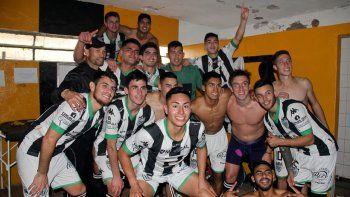 Tras la consagración, los festejos se trasladaron al vestuario visitante de la Unión Deportiva Catriel.