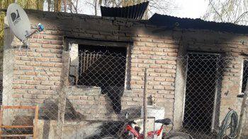 El incendio arrasó una vivienda donde habitaban ocho personas.