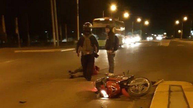 Brutal choque sobre la Ruta 22 terminó con dos motociclistas heridos