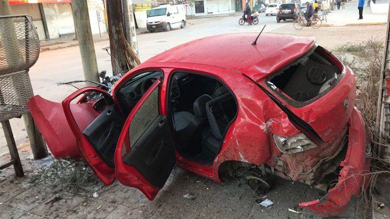 Así fue el brutal accidente que terminó con tres jóvenes heridos, autos chocados y locales destruidos