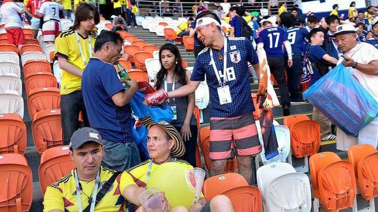 Hinchas de japón y Senegal limpiaron las tribunas tras el partido