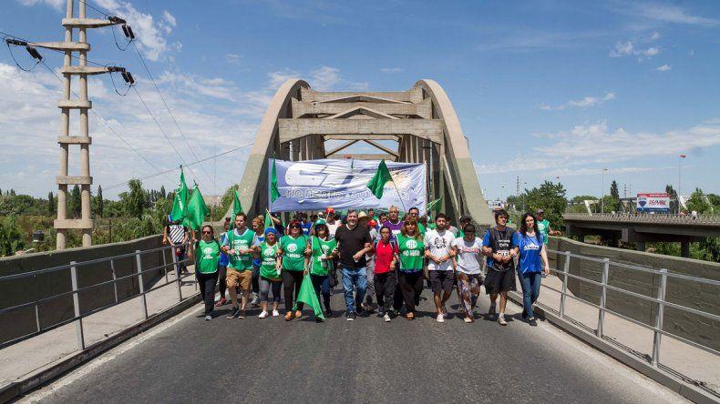 Diferentes gremios se movilizarán al puente que une Cipolletti y Neuquén.